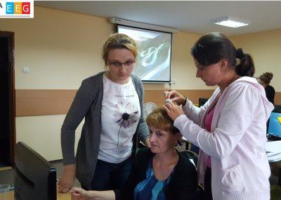 Przyklejanie elektrod EEG